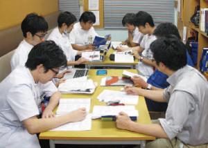 レジデント7人のための英文輪読会の様子(毎週火曜日)